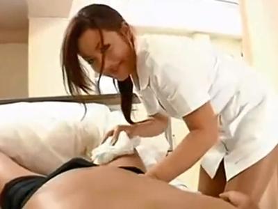性欲過多な白衣の天使は患者チンポを手コキで発射させちゃいますw