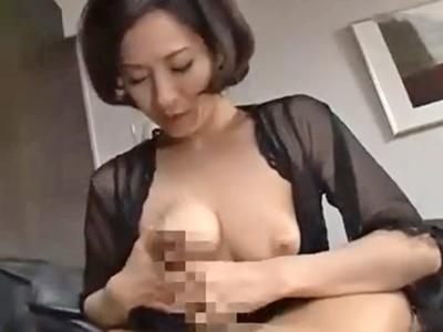 若いチンポにパイズリ仕掛けて中出しセックスに持ち込む痴熟女