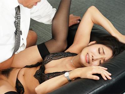 「中だけはダメぇ!」人妻秘書を脅して汗と接吻に満ちた社長室でNTR子作り中出し性交