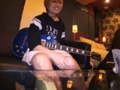 「ぁ♥あ♥だめえ♥」ギターを片手にAV出演するボーイッシュマンドガールがハメ撮りでアヘアヘ絶頂w