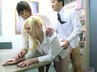 日本支社へ研修にきてるブロンド美女を社内研修!NHの先輩も乱入して3Pパコw