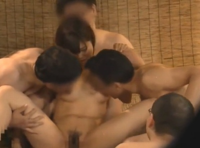 素人娘を男湯に潜入させたら大ハプニング!5人の男たちに囲まれて体中なめ尽くされる!