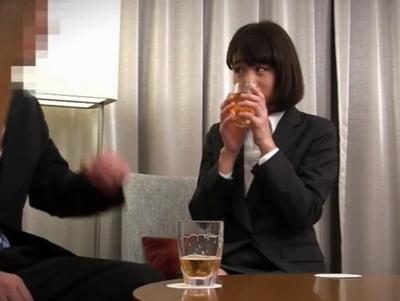 「私…飲みすぎですか?♡」お付き合いのお酒もしっかりと付き合うOLさんがお酒の勢いでオジサンと生本番