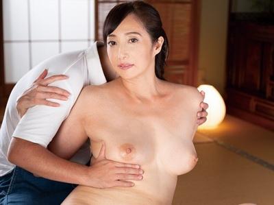 熟れても決して衰えない性欲…元国際線のCAの美人妻が若チンポから精液吸い上げて大乱交