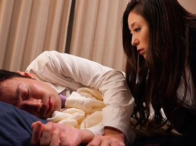 「これ…朝イチまでにやっておいて」いつもは超厳しい女上司が…部下の寝顔を見て本性を魅せる!正反対の逆夜這いw
