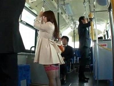 「あの衝撃が…忘れられない」自分から再度痴漢されるためにガーターベルトでバスに乗り込む痴女