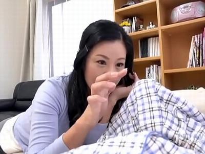 「うそ…なにこれ」息子のデカチン朝勃ちに気づいてしまった母の近親相姦