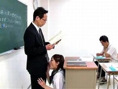 絶対に頭見えてるだろ!教壇の下に隠れて教師チンポに食らいつく痴女JK