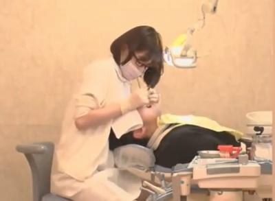 眼鏡歯科助手がエロ過ぎ!歯垢よりも精子をとることが専門の痴女