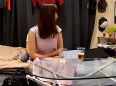 【盗撮動画】もぐもぐめちゃカワ!学際で頬張る可愛らしいJDの股間からパンチラ隠し撮り!