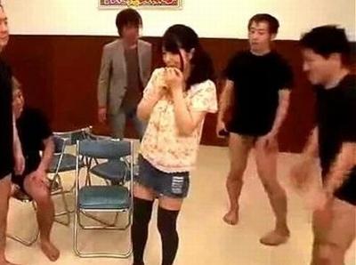 究極の脱衣「椅子取りゲーム」に素人彼女が参戦!椅子をとれなかったら1枚ずつ脱いでく彼女が彼氏の目の前で罰ゲームw