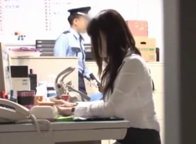 一人残業している美人OLに警備員が目を付けた!強制レイプかと思ったらストレス溜まった痴女3人に囲まれてハーレムタイムw