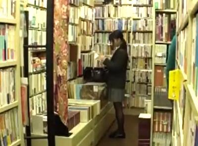 萎びた本屋で起きた惨事→可愛いJKを狙って入り口のドアを閉めて強制レイプする一部始終