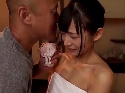 【盗撮】海の家隠し撮り!シャワーでマンコも洗浄中の貧乳美女ギャルの裸体!!