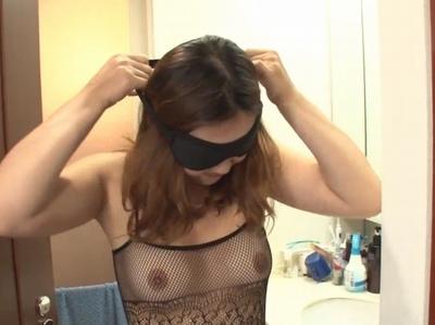 純粋妻を他人に差し出した変態夫!アイマスクを付けられていつもと違う感触に驚愕するも即3P