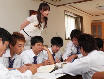 女教師の自宅で補修をやることになった男子生徒たちが家を占拠して先生が壊れるまでハメ倒し!